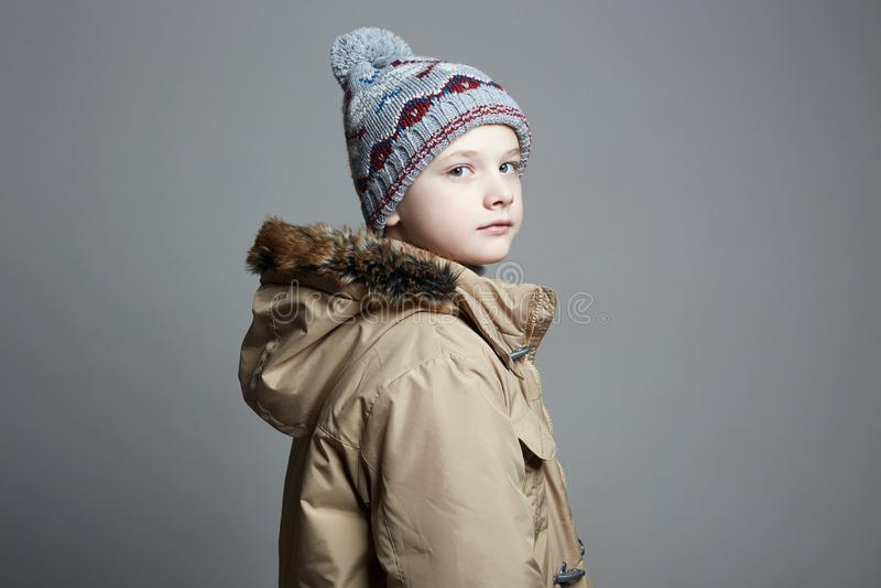 Μοντέρνο αγόρι χειμερινό outerwear παιδί μόδας στοκ φωτογραφία με δικαίωμα ελεύθερης χρήσης