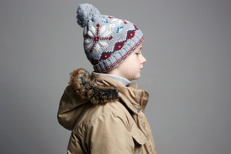 Μοντέρνο αγόρι χειμερινό outerwear παιδί μόδας στοκ εικόνες