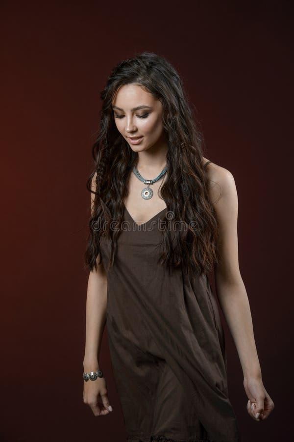 Μοντέρνο ασημένιο εξάρτημα στη γυναίκα Περιδέραιο με το κολάρο στο λαιμό και το σκουλαρίκι στοκ εικόνες