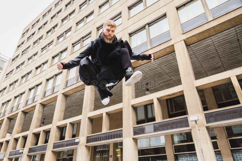 Μοντέρνο γενειοφόρο άτομο που πηδά στην οδό στοκ εικόνες