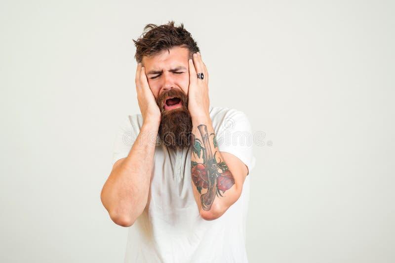 Μοντέρνο γενειοφόρο να φωνάξει ατόμων Το δυστυχισμένο άτομο τύπων hipster με τη δερματοστιξία, κραυγή και έχει την κατάθλιψη Το γ στοκ φωτογραφία με δικαίωμα ελεύθερης χρήσης