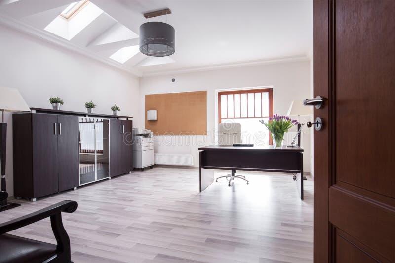 Μοντέρνο γραφείο στο σπίτι πολυτέλειας στοκ φωτογραφία με δικαίωμα ελεύθερης χρήσης