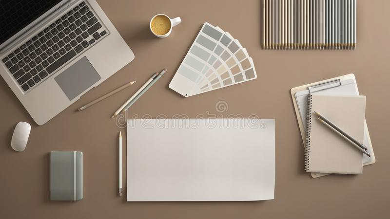 Μοντέρνο ελάχιστο επιτραπέζιο γραφείο γραφείων Ο χώρος εργασίας με το lap-top, το σημειωματάριο, τα μολύβια, το φλυτζάνι καφέ και στοκ εικόνα