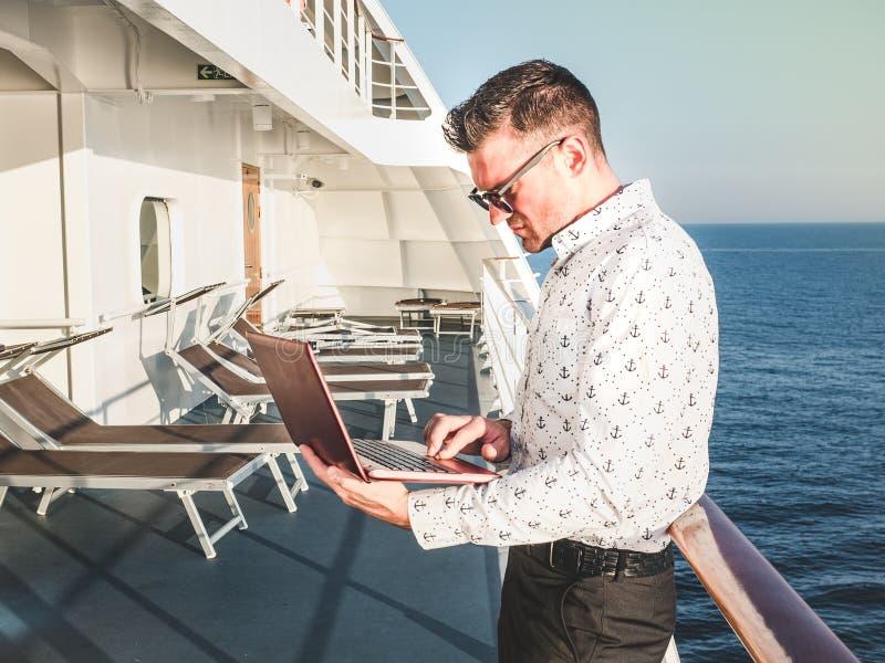 Μοντέρνο, ελκυστικό άτομο με το lap-top στοκ φωτογραφίες με δικαίωμα ελεύθερης χρήσης
