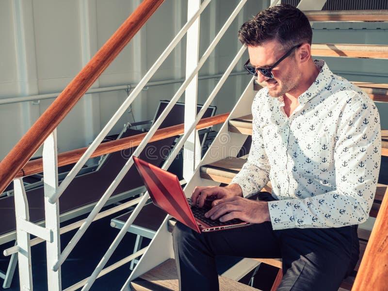 Μοντέρνο, ελκυστικό άτομο με το lap-top στοκ εικόνα με δικαίωμα ελεύθερης χρήσης