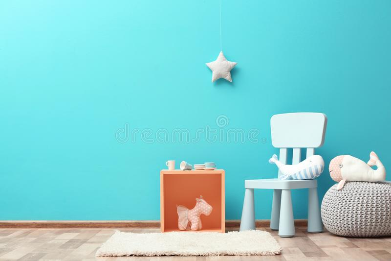Μοντέρνο εσωτερικό δωματίων παιδιών ` s με τα παιχνίδια και τα νέα έπιπλα στοκ εικόνα με δικαίωμα ελεύθερης χρήσης