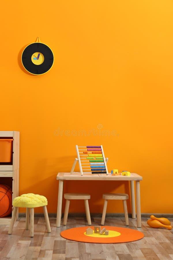 Μοντέρνο εσωτερικό δωματίων παιδιών ` s με τα παιχνίδια στοκ φωτογραφία με δικαίωμα ελεύθερης χρήσης