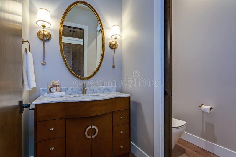 Μοντέρνο εσωτερικό λουτρών με το ξύλινο γραφείο ματαιοδοξίας στοκ εικόνες