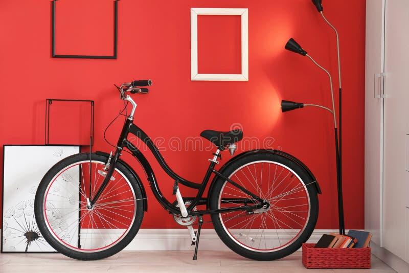 Μοντέρνο εσωτερικό με το ποδήλατο στοκ εικόνες με δικαίωμα ελεύθερης χρήσης