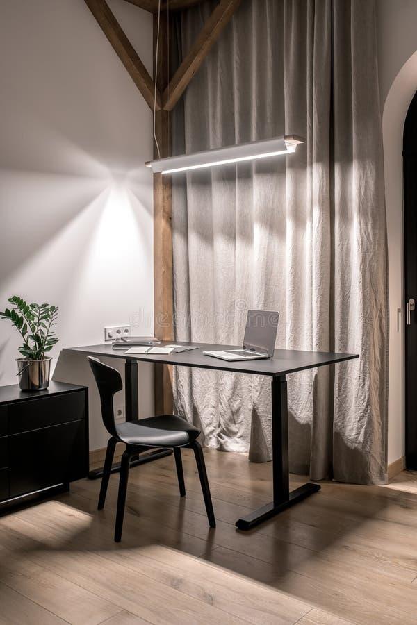 Μοντέρνο εσωτερικό στο σύγχρονο ύφος με τις ξύλινες ακτίνες στοκ εικόνες