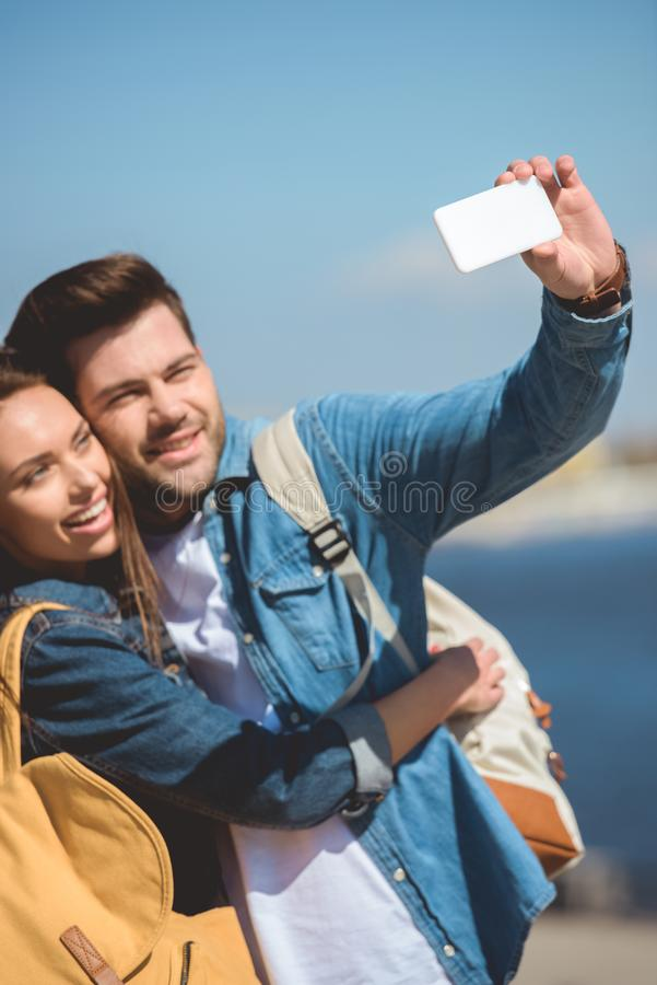 μοντέρνο ζεύγος των τουριστών που παίρνουν selfie στοκ φωτογραφία με δικαίωμα ελεύθερης χρήσης