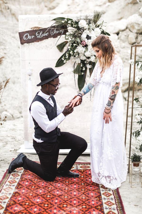 Μοντέρνο ζεύγος newlyweds, χαρούμενη στιγμή Η νύφη και ο νεόνυμφος κοντά στη γαμήλια αψίδα σε ένα υπόβαθρο εγκαταλείπουν το φαράγ στοκ φωτογραφίες με δικαίωμα ελεύθερης χρήσης