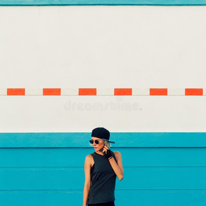 Μοντέρνο καθιερώνον τη μόδα αστικό ύφος κοριτσιών στοκ εικόνα