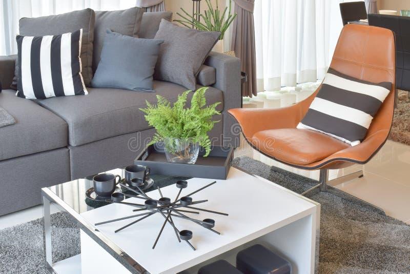 Μοντέρνο καθιστικό με τα γκρίζα μαξιλάρια στον άνετο καναπέ στοκ φωτογραφία