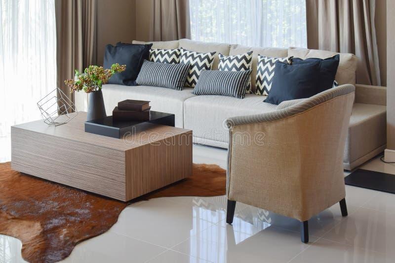 Μοντέρνο καθιστικό με τα γκρίζα ριγωτά μαξιλάρια στον άνετο καναπέ στοκ φωτογραφίες με δικαίωμα ελεύθερης χρήσης