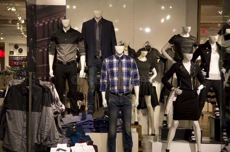 Μοντέρνο κατάστημα ιματισμού μόδας στοκ εικόνα με δικαίωμα ελεύθερης χρήσης