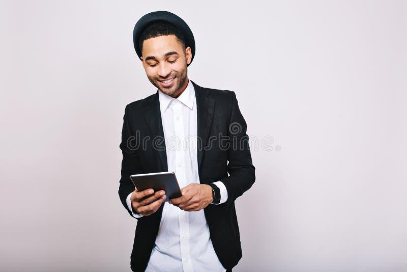 Μοντέρνο κομψό όμορφο άτομο πορτρέτου στο άσπρο πουκάμισο και μαύρο σακάκι με την ταμπλέτα στο άσπρο υπόβαθρο o στοκ εικόνες με δικαίωμα ελεύθερης χρήσης
