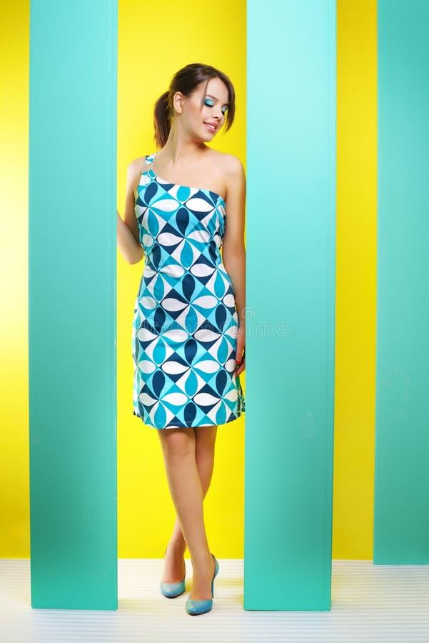 Μοντέρνο κορίτσι σε ένα κοντό φόρεμα στοκ εικόνα
