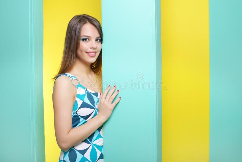Μοντέρνο κορίτσι σε ένα κοντό φόρεμα στοκ εικόνες