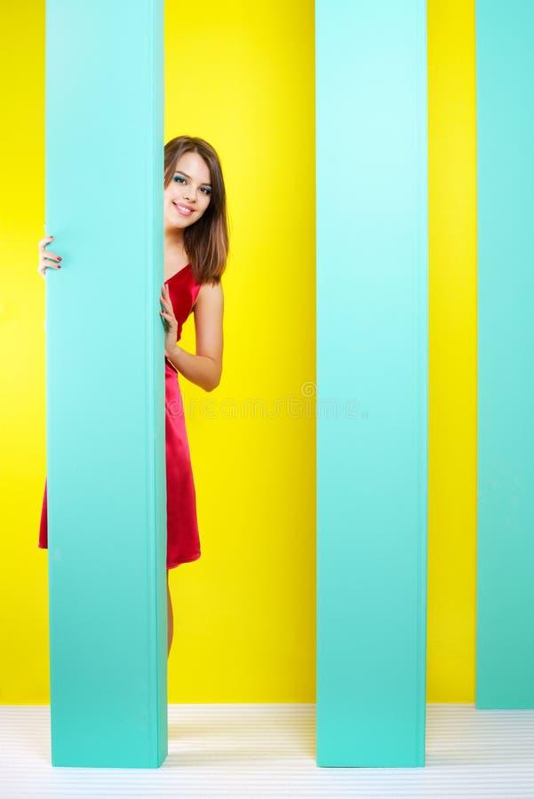 Μοντέρνο κορίτσι σε ένα κόκκινο φόρεμα στοκ εικόνες
