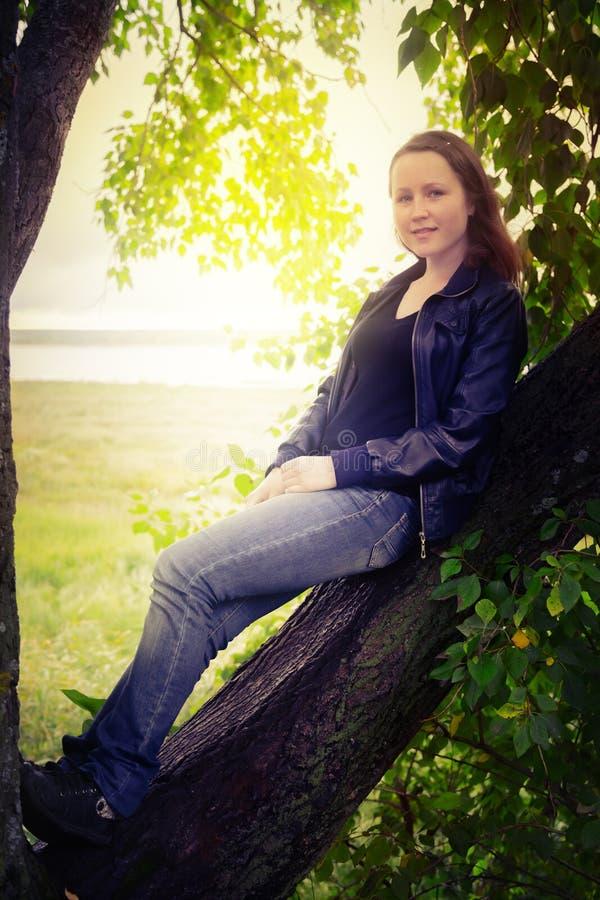 μοντέρνο κορίτσι στη φύση στοκ φωτογραφία με δικαίωμα ελεύθερης χρήσης