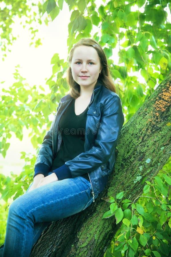 μοντέρνο κορίτσι στη φύση στοκ φωτογραφίες με δικαίωμα ελεύθερης χρήσης
