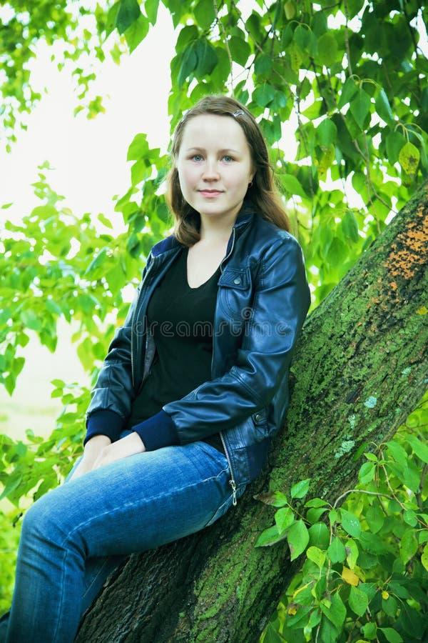 μοντέρνο κορίτσι στη φύση στοκ εικόνα με δικαίωμα ελεύθερης χρήσης