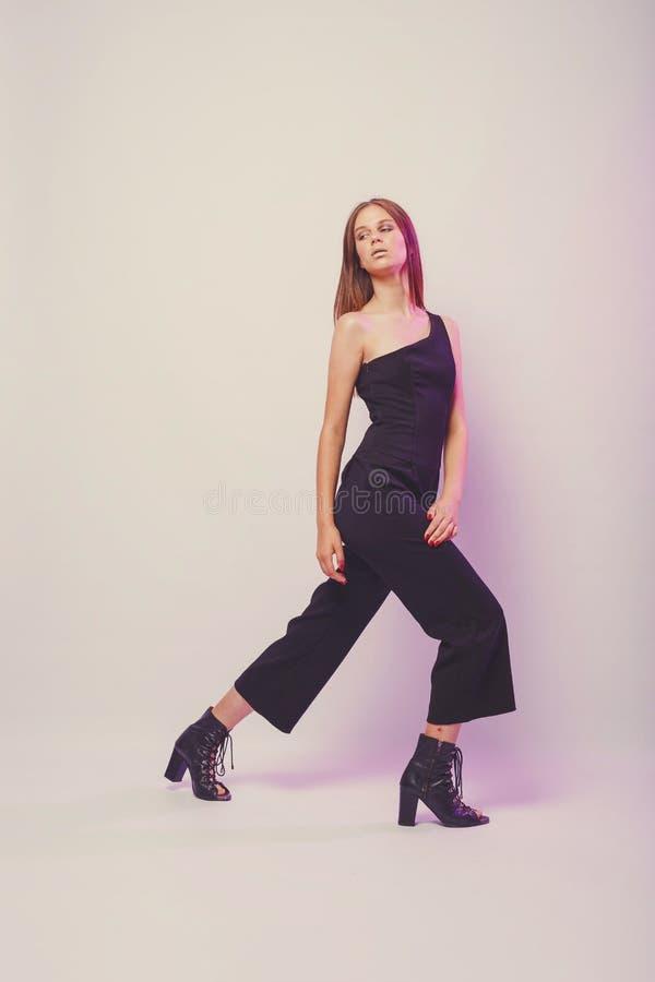 Μοντέρνο κορίτσι στους ελαφριούς τόνους στο στούντιο Γυναίκα με το αδιατάρακτο πρόσωπο Έννοια τρόπου ζωής στον κόσμο μόδας Θηλυκό στοκ εικόνες
