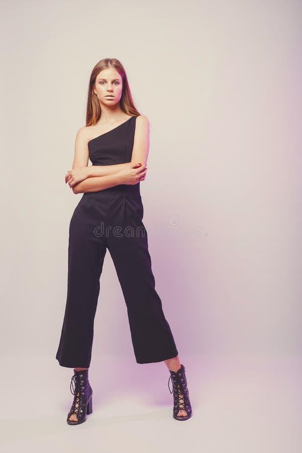 Μοντέρνο κορίτσι στους ελαφριούς τόνους στο στούντιο Γυναίκα με το αδιατάρακτο πρόσωπο Έννοια τρόπου ζωής στον κόσμο μόδας Θηλυκό στοκ φωτογραφίες με δικαίωμα ελεύθερης χρήσης