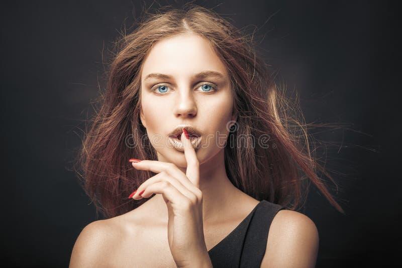 Μοντέρνο κορίτσι στους χρυσούς γκρίζους τόνους στο στούντιο Γυναίκα με το αδιατάρακτο πρόσωπο Έννοια τρόπου ζωής στον κόσμο μόδας στοκ εικόνα με δικαίωμα ελεύθερης χρήσης