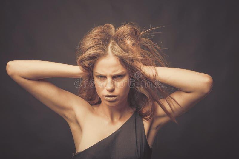 Μοντέρνο κορίτσι στους χρυσούς γκρίζους τόνους στο στούντιο Γυναίκα με το αδιατάρακτο πρόσωπο Έννοια τρόπου ζωής στον κόσμο μόδας στοκ εικόνα