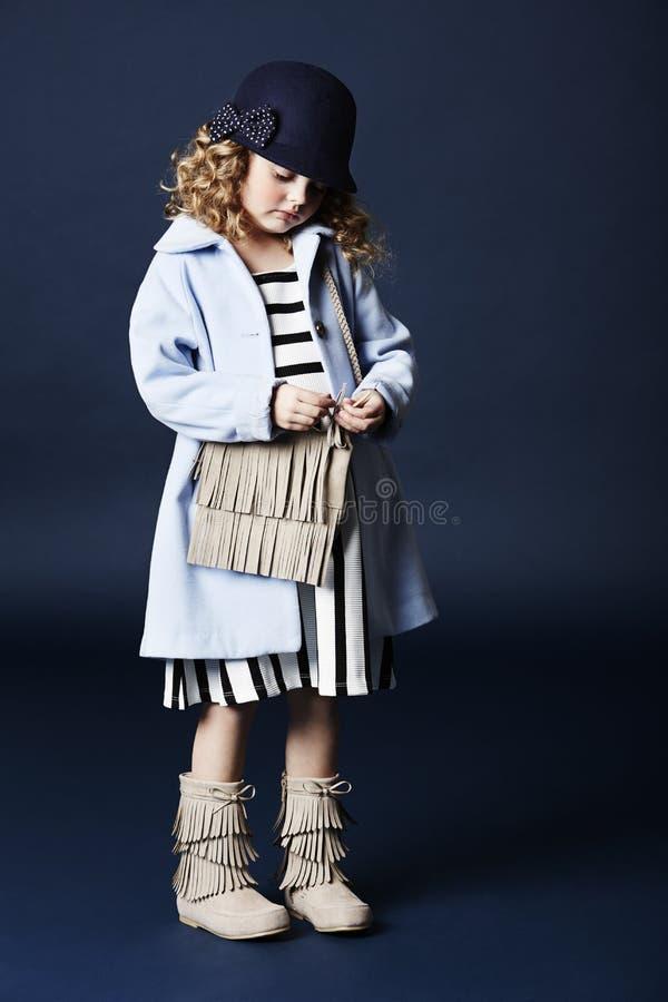 Μοντέρνο κορίτσι στο μπλε με την τσάντα στοκ φωτογραφία με δικαίωμα ελεύθερης χρήσης