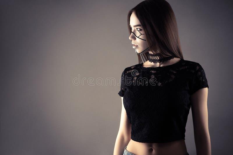 Μοντέρνο κορίτσι cyberpunk που απομονώνεται στο γκρίζο υπόβαθρο στοκ φωτογραφία
