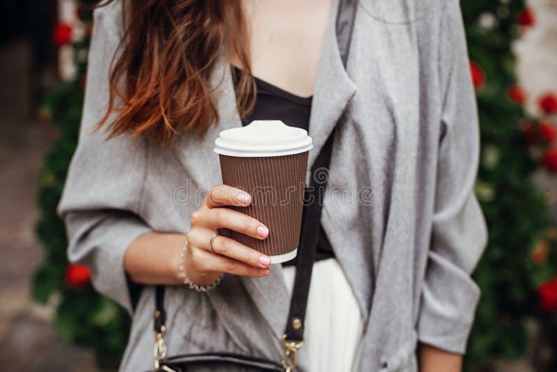 Μοντέρνο κορίτσι hipster με το όμορφο φλυτζάνι καφέ εκμετάλλευσης τρίχας στο γ στοκ εικόνα με δικαίωμα ελεύθερης χρήσης