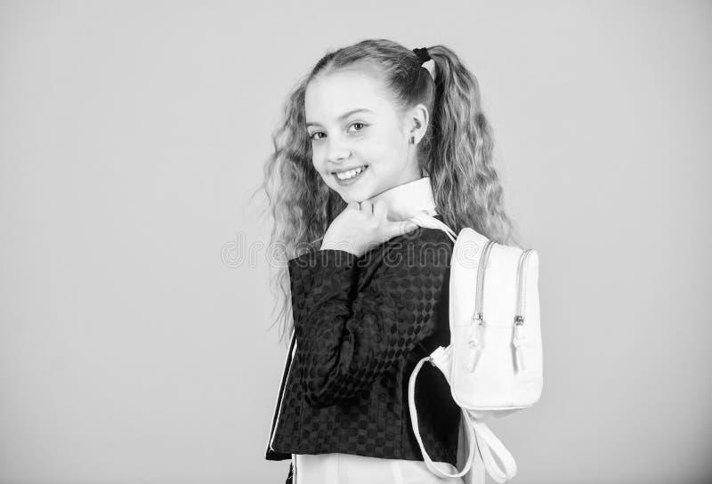 Μοντέρνο μίνι σακίδιο πλάτης Μάθετε πώς κατάλληλο σακίδιο πλάτης σωστά Το κορίτσι λίγο μοντέρνο cutie φέρνει το σακίδιο πλάτης Μα στοκ φωτογραφίες με δικαίωμα ελεύθερης χρήσης