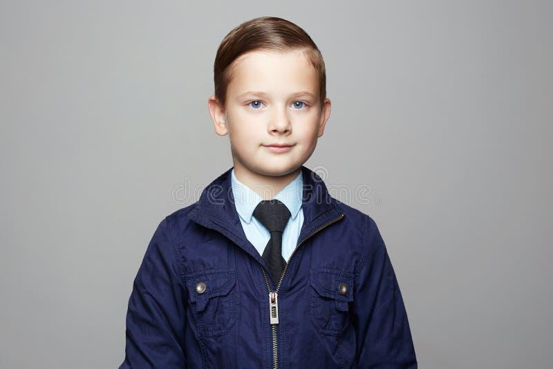 μοντέρνο μικρό παιδί κοστούμια Παιδί στοκ φωτογραφία με δικαίωμα ελεύθερης χρήσης