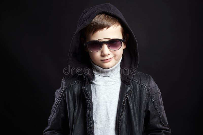 Μοντέρνο μικρό παιδί στο hoodie και τα γυαλιά ηλίου στοκ φωτογραφία