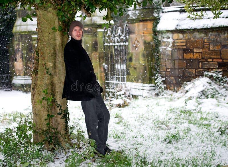 Μοντέρνο νέο αρσενικό στο χειμερινό πορτρέτο χιονιού στοκ εικόνες με δικαίωμα ελεύθερης χρήσης