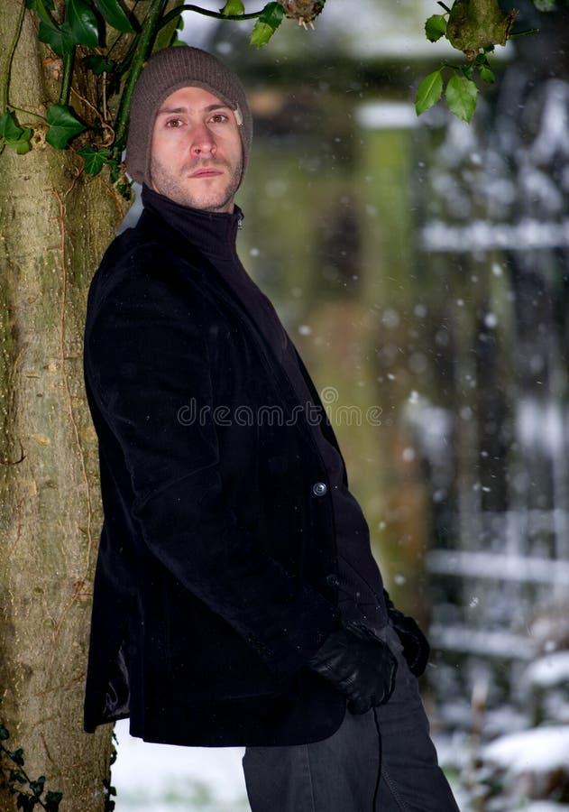 Μοντέρνο νέο αρσενικό στο χειμερινό πορτρέτο χιονιού στοκ φωτογραφίες