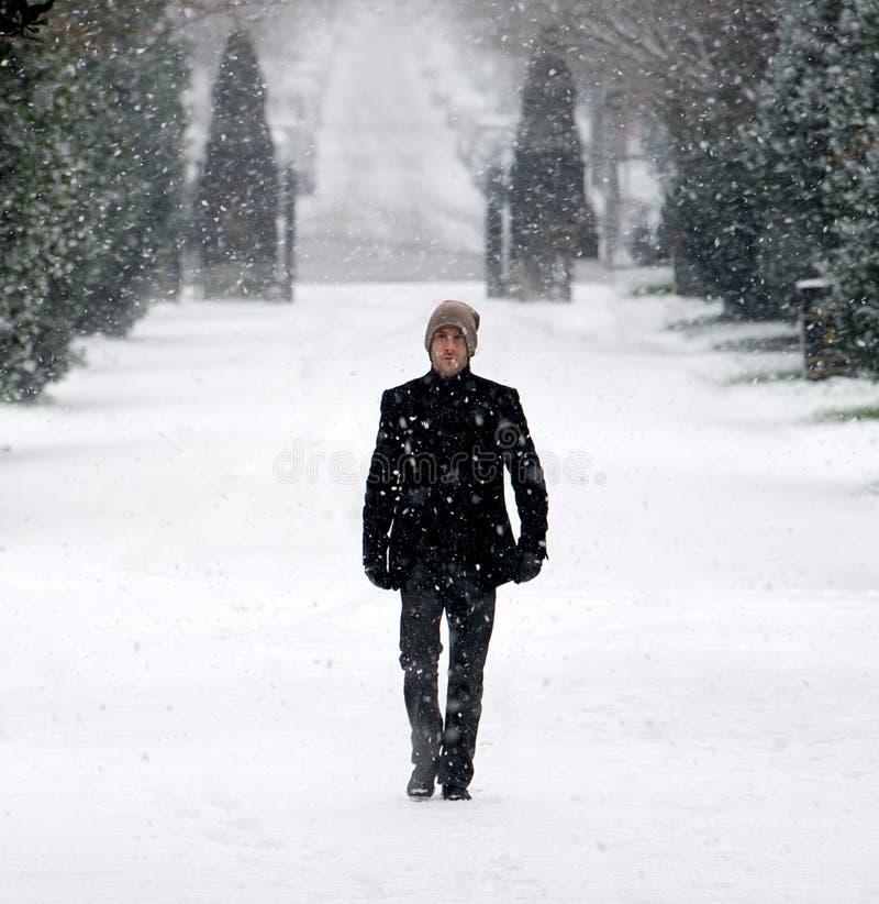 Μοντέρνο νέο αρσενικό στο χειμερινό πορτρέτο χιονιού στοκ εικόνες