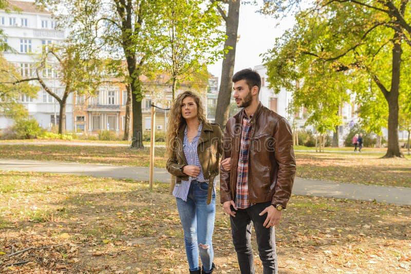 Μοντέρνο νέο ζεύγος στο πάρκο πόλεων στοκ εικόνες