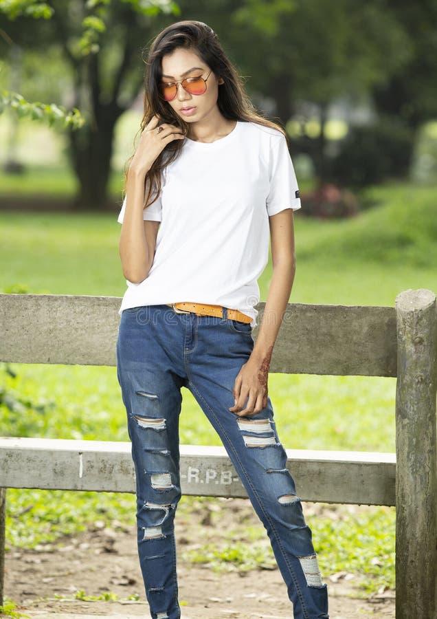 Μοντέρνο νέο θηλυκό πρότυπο στην κενή μπλούζα στοκ φωτογραφίες