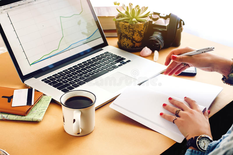 Μοντέρνο νέο οικονομικό analytics οικονομολόγων εργασίας κοριτσιών hipster στοκ εικόνα με δικαίωμα ελεύθερης χρήσης