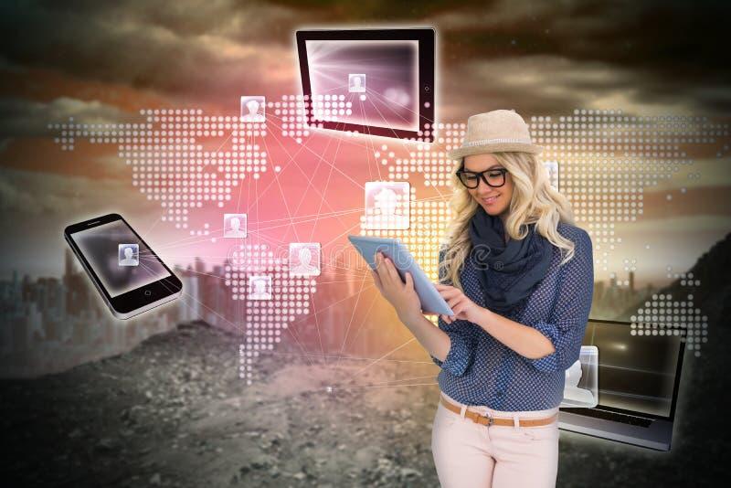 Μοντέρνο ξανθό χρησιμοποιώντας PC ταμπλετών με τη σύνδεση των συσκευών στοκ εικόνες