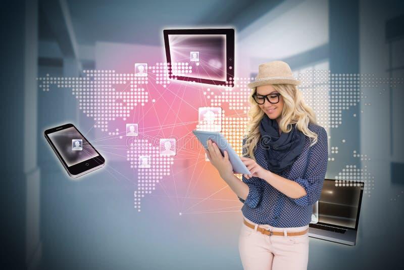 Μοντέρνο ξανθό χρησιμοποιώντας PC ταμπλετών με τη σύνδεση των συσκευών στοκ εικόνα