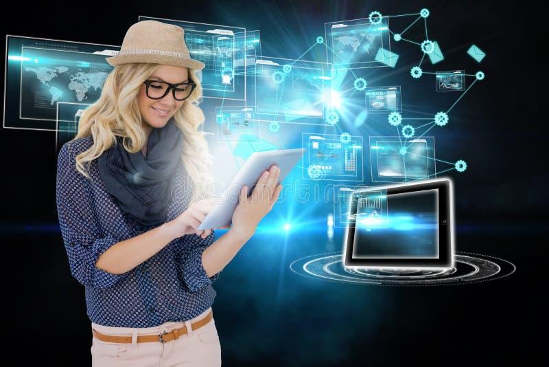 Μοντέρνο ξανθό χρησιμοποιώντας PC ταμπλετών με τις διεπαφές και τα εικονίδια ηλεκτρονικού ταχυδρομείου στοκ εικόνα
