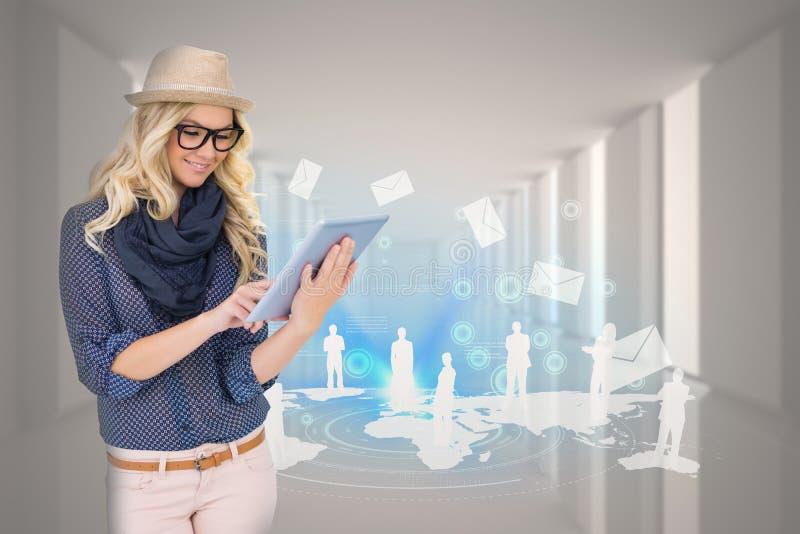 Μοντέρνο ξανθό χρησιμοποιώντας PC ταμπλετών με το ηλεκτρονικό ταχυδρομείο και χάρτης γραφικός στοκ εικόνες