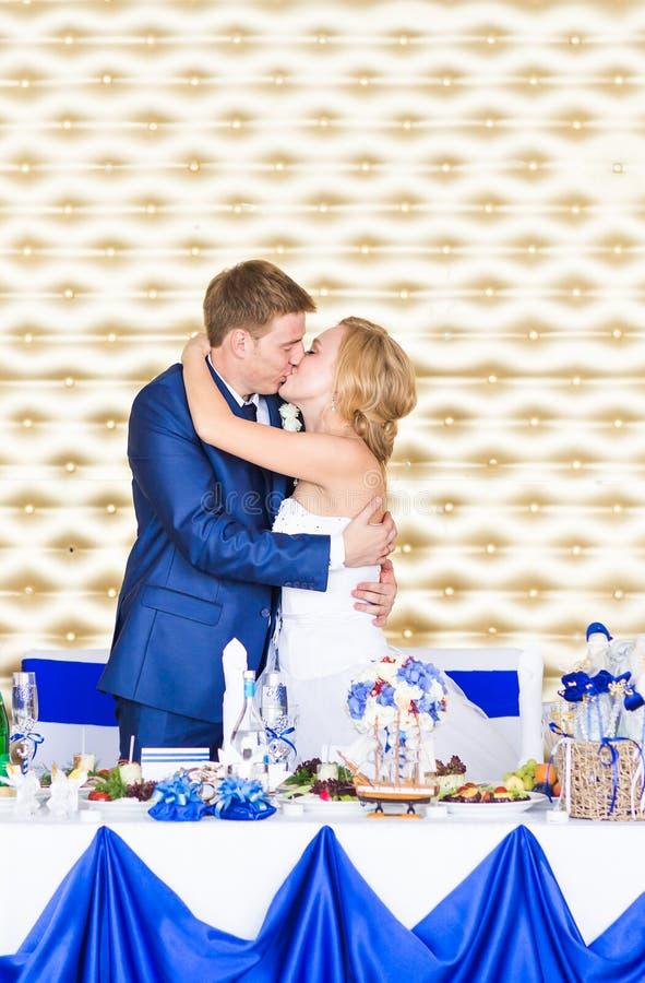 Μοντέρνο πανέμορφο ευτυχές φίλημα νυφών και νεόνυμφων στη δεξίωση γάμου, συναισθηματική εύθυμη στιγμή στοκ εικόνες
