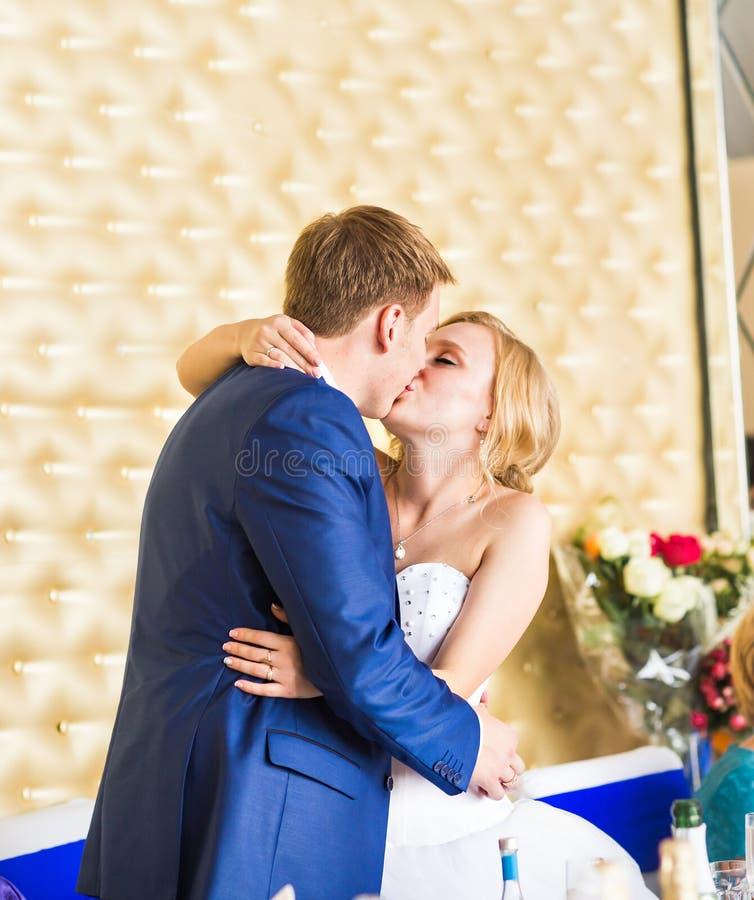 Μοντέρνο πανέμορφο ευτυχές φίλημα νυφών και νεόνυμφων στη δεξίωση γάμου, συναισθηματική εύθυμη στιγμή στοκ φωτογραφίες με δικαίωμα ελεύθερης χρήσης
