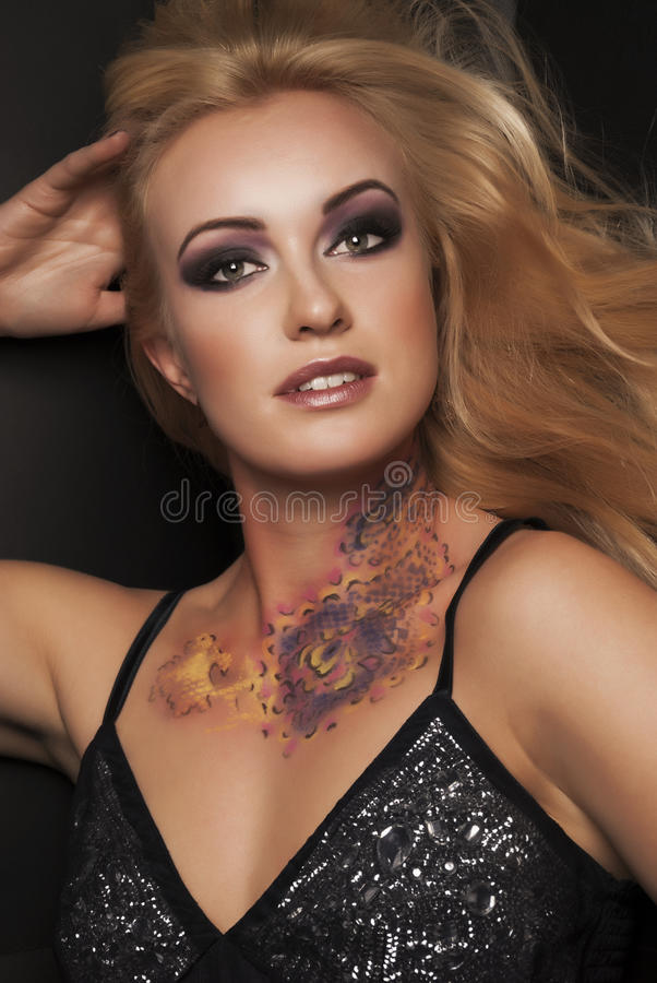 Μοντέρνο πορτρέτο της blondy γυναίκας στοκ φωτογραφία με δικαίωμα ελεύθερης χρήσης